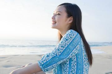 海岸の若い女性