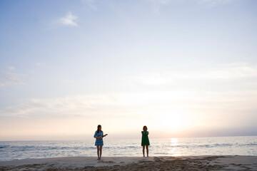 海岸の女性2人