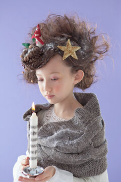 ろうそくを持つ9歳の女の子