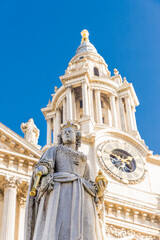 Tuinposter Historisch mon. Statue of Queen Anne, St Paul's Cathedral, London, England