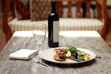 Fototapeta chef monta plato gourmet pollo al horno con ensalada frutas y vegetales vino tinto  obraz