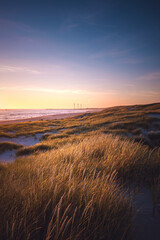 Blick nach Hvide Sande an der dänischen Nordseeküste bei Sonnenuntergang