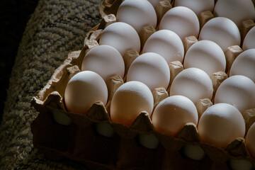 Huevos de campo frescos en una bandeja de papel