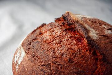 Pan artesanal gourmet de betarraga. Pan de remolacha, hecho con masa madre