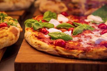 Pizza - frisch - serviert - Basilikum - Mozzarella