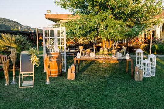 Lemonade buffet. Wedding area decoration. Preparations for the wedding