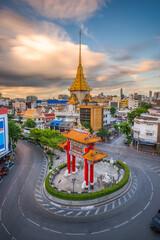 Fototapete - Bangkok, Thailand at Chinatown's traffic circle and Wat Traimit.