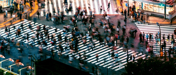 Keuken foto achterwand Londen People and traffic cross the famous scramble intersection in Shibuya, Tokyo, Japan, one of the busiest crosswalks in the world