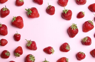 Fototapete - Tasty ripe strawberries on pink background, flat lay. Space for text