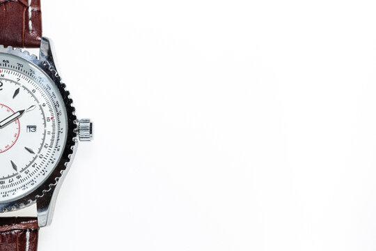 Zdjecie zegarka z gory na bialym tle. Miejsce na tekst. Zegarek wyizolowany z tla.