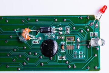 Plytka elektroniczna z diodami. Elementy pilota telewizyjnego. Uklady scalone. Plytka elektroniczna na bialym tle, wyizolowane z tla. - fototapety na wymiar