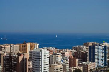 Morze Śródziemne zza miejskiej architektury Malagi, Hiszpania Costa del Sol