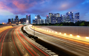 Fotomurales - Singapore skyline at night with traffic