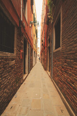Foto op Plexiglas Smal steegje Narrow alley Venice with man at the far end