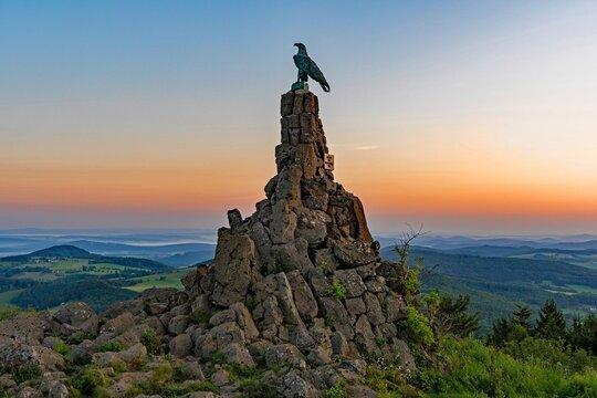 Morgenstimmung am Fliegerdenkmal auf der Wasserkuppe in der Rhön, Hessen, Deutschland
