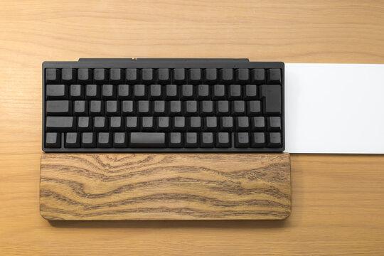 机の上のパソコンキーボード・タッチパッド