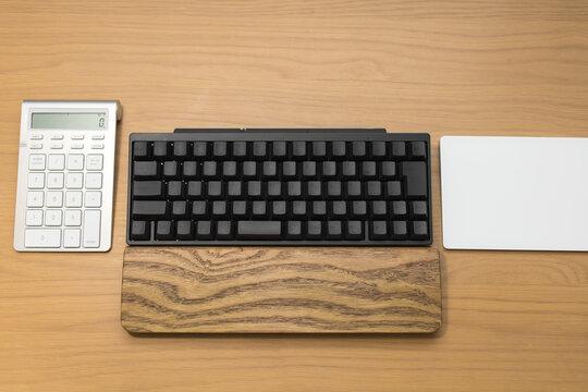 机の上のパソコンキーボード・タッチパッド・電卓
