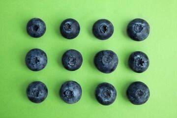 Fototapete - Fresh ripe blueberries on green background, flat lay