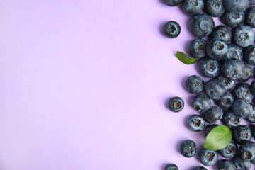 Fototapete - Fresh ripe blueberries on lilac background, flat lay. Space for text