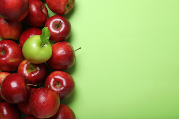 Fototapete - Tasty ripe apples on green background, flat lay. Space for text