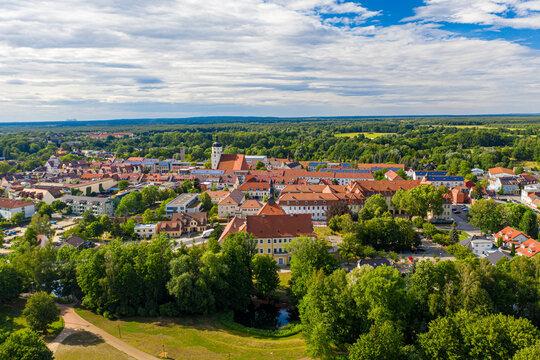Die Stadt Lübben im Spreewald mit dem Schloss im Vordergrund