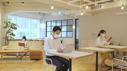 Foto op Plexiglas Hoogte schaal コワーキングスペースで働く人々