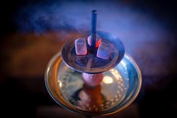 Shisha-Kohle auf einem Kopf-Sieb einer Wasserpfeife Shisha Hookah