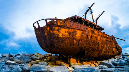Foto auf Acrylglas Schiffbruch Shipwreck On Rocks At Beach Against Sky