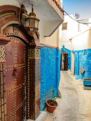 alte Strasse blau in Kasbah in Rabat Marokko