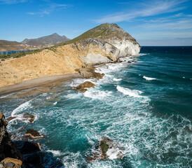 Mar agitado en la ensenada de Los Amarillos, Parque Natural de Cabo de Gata-Níjar, provincia de Almería, Andalucía, España