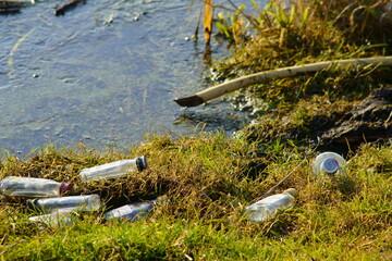 Fototapeta śmieci nad rzeką obraz