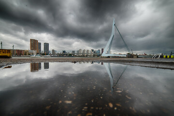 Photo sur Aluminium Rotterdam Reflection Of City In Water Against Cloudy Sky