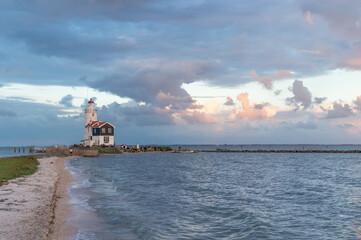Malownicza latarnia morska w Marken (The Hors of Marken), położona na półwyspie nad jeziorem...