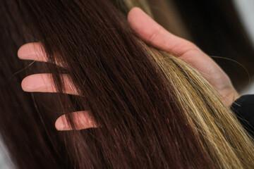 Pasma włosów w dłoni