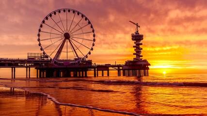 Foto auf Acrylglas Rotterdam Ferris Wheel By Sea Against Sky During Sunset