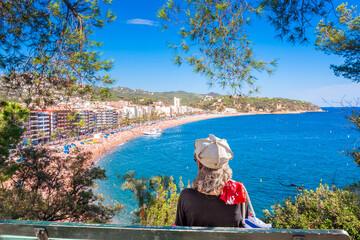 Femme assise sur banc à Lloret de Mar, Costa Brava, Espagne