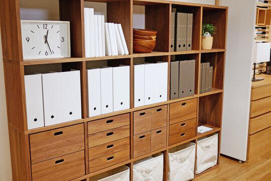 木製の棚のあるシンプルな部屋