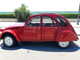 Obraz Czerwony samochód retro, Italia. - fototapety do salonu