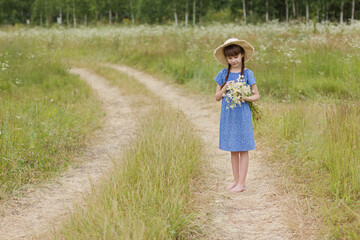 Photo sur Plexiglas Doux monstres summer portrait of cute girl with chamomile bunch on the field