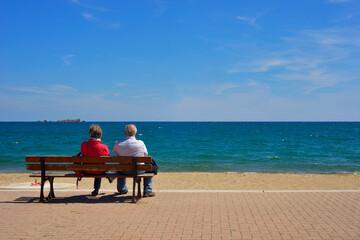 Couple retraités sur un banc, face à la mer à Fréjus (83600), Var en ...
