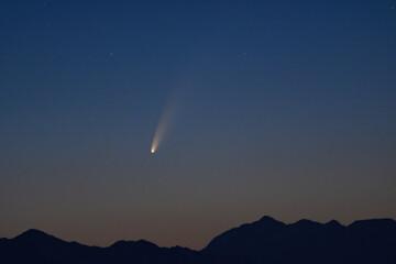 Photo sur Plexiglas Nature Cometa C2020 F3 NEOWISE nel cielo prima dell'alba in montagna
