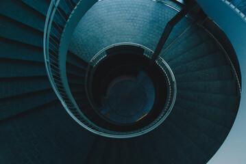 Photo sur Plexiglas Spirale 上からみた夜の螺旋階段
