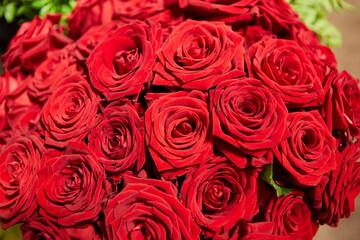 Blumenstrauß aus roten Rosen zum Valentinstag