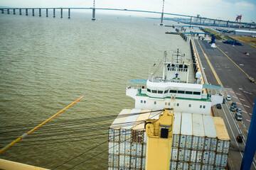 Navire à quai en attente de déchargement