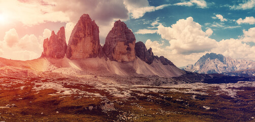 Photo sur Plexiglas Marron Majestic nature landscape. Beautiful view of famous Tre Cime di Lavaredo mountains in the Dolomites mountain during sunset. South Tyrol, Italy. Stunning nature scenery.