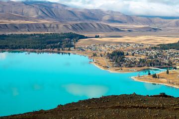 テカポの湖と町の眺望でございます。ターコイズブルーのテカポ湖、素敵ですね。