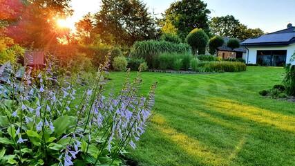 Piękny letni ogród, Ogród o zachodzie słońca
