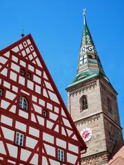 Altes Rathaus Wolframs-Eschenbach Liebfrauenmünster Kirche Fachwerkhaus Fachwerk Franken Mittelfranken Bayern Deutschland Kirchturm glasierte Keramik Ziegel Wappen rot weiß farbig Europa gotik 1468