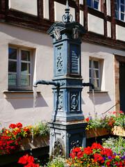Historischer Brunnen Windsbach Stadtbild Ort Ortsansicht Kleinstadt Wappen Wasser Blumen Sommer Ortsbild Eisen Franken Mittelfranken Bayern Naherholung Ausflugsort 91575