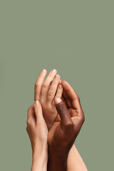 Poster Montagne Hands of Caucasian woman and African-American man on color background. Racism concept